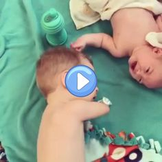 Nothing Can Stop Love, Cute Funny Babies, Funny Cute, Funny Baby Faces, Cute Baby Videos, Sweet Stories, Faith In Humanity Restored, Cute Little Things, Baby Kind, Kids Videos