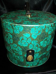 hat box Vintage Hat Boxes, Black Wig, Retro Vintage, Vintage Style, Leather Handle, Classic Style, Vintage Fashion, Victorian, Turquoise