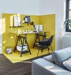 Un coin bureau délimité grâce à la peinture jaune sur les murs et le sol