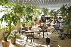 World Architecture Community News - Hiroshi Nakamura & NAP completed a bulbous-formed Start Today Tokyo Office with green infill Decoration Restaurant, Restaurant Design, Office Plants, Garden Office, Interior Plants, Cafe Interior, Botanical Interior, Cafe Plants, R Cafe