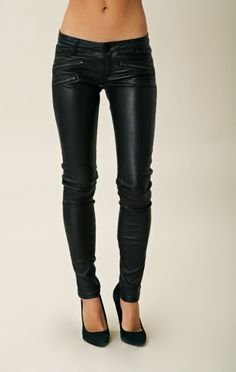 Black leather leggings/pants with zipper details. Skinny Leather Pants, Leather Pants Outfit, Leather Leggings, Leather Trousers, Leather Jackets, Skinny Pants, Zara, Jeans, Leggings Are Not Pants