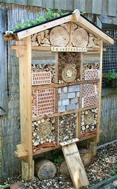Insektenhotel Im Winter machen sie es sich lieber in Mauerrissen Garden Crafts, Diy Garden Decor, Garden Projects, Bug Hotel, Bee House, Winter Garden, Bird Houses, Garden Inspiration, Outdoor Gardens