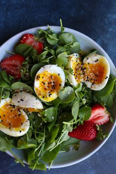 Simple Salad with Soft Boiled Eggs (VIDEO!) - Healthy Food Delivery - Ideas of Healthy Food Delivery - Simple Salad with Soft Boiled Eggs! Sometimes you just need something light fresh and packed with protein. This simple salad is absolutely delicious! Healthy Work Snacks, Healthy Foods To Eat, Healthy Dinner Recipes, Healthy Eating, Boiled Egg Salad, Soft Boiled Eggs, Hard Boiled, Simple Spinach Salad, Menu Dieta