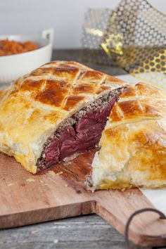 A beef Wellington is made with tender beef, mushrooms and crunchy puff pastry, mm! Beef Wellington, Beef Recipes, Main Dishes, Delish, Food And Drink, Yummy Food, Stuffed Peppers, Cooking, Salad