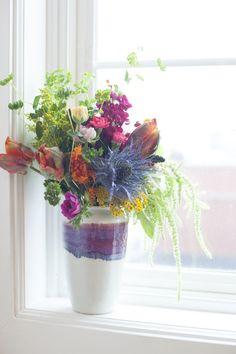 love. Kleurrijk boeket in de vensterbank