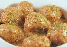 Albóndigas en salsa de almendras es una receta para 6 personas, del tipo Segundos Platos, de dificultad Media y lista en 60 minutos. Fíjate cómo cocinar la receta.     ingredientes  - ½ kilo de carne de cordero  - 2 huevos  - 25 gr de pan rallado  - Ajo  - perejil  - sal  - canela  - Aceite de oliva  - 15 almendras  - Harina  - 1 taza de cald Veggie Recipes, Mexican Food Recipes, Cooking Recipes, Healthy Recipes, Colombian Food, Spanish Dishes, Spanish Cuisine, Food Decoration, Tapas