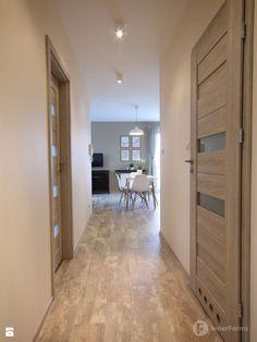 Przytulne mieszkanie w Krakowie - Hol / przedpokój, styl nowoczesny - zdjęcie od InnerForms Tile Floor, Divider, Tiles, Flooring, Interior Design, House, Furniture, Home Decor, Drawing Rooms