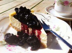 """I denne uge deler Annemette Voss, fra det populære TV-program """"Den store Bagedyst"""", sin opskrift på en skøn cheesecake, der forener det søde med det let syrlige."""