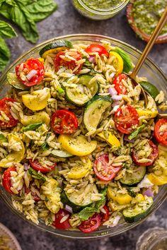 Pesto Orzo Pasta Salad with Zucchini, Goat Cheese, and Tomatoes Pesto Pasta Salad, Easy Pasta Salad Recipe, Zucchini Salad, Vegetarian Recipes, Cooking Recipes, Healthy Recipes, Pasta Recipes, Pescatarian Recipes, Lunch Recipes