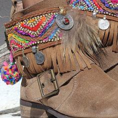 Cubrebotas de estilo étnico con flecos #bohoboots #ethnic #ibizaboots