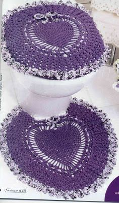 Rosangela Artes Linhas - crochet bathroom toilet cover and rug. Almost too pretty to use! Crochet Diy, Crochet Home Decor, Filet Crochet, Crochet Crafts, Crochet Doilies, Yarn Crafts, Crochet Projects, Confection Au Crochet, Crochet Kitchen