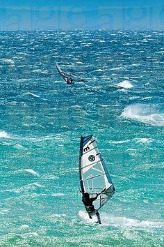 Salto Grande windsurf con vientos fuertes de Levante en el Estrecho de Gibraltar, Valdevaqueros, Tarifa, Andalucía, España, Europa