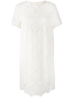 ¡Consigue este tipo de vestido informal de CHLOÉ ahora! Haz clic para ver los detalles. Envíos gratis a toda España. Chloé - Guipure Lace Shift Dress - Women - Silk/Cotton/Linen/Flax/Polyester - 38: Milk white cotton and linen Guipure lace shift dress from Chloé featuring a shift silhouette, a round neck, short sleeves, a pull-on style, a back button fastening at the neck, a guipure lace front overlay and a semi-sheer construction. Size: 38. Gender: Female. Material: Silk/Cotton/Linen/F...