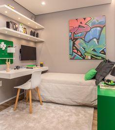 bancada para quarto de solteiro verde e cinza decorado com prateleiras com luz de LED Bedroom Setup, Boys Bedroom Decor, Room Ideas Bedroom, Small Room Bedroom, Home Bedroom, Bedrooms, Bedroom Apartment, Tiny Bedroom Design, Small Room Design
