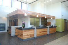 Like the wood but dogs might pee on it. Reception Desks, Reception Areas, New Hospital, Willow Wood, Vet Med, Hospital Design, K2, Pet Stuff, Front Desk