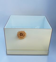 Mirrored acrylic box with insert for 12 preserved roses Acrylic Flowers, Acrylic Box, Diy Flowers, Clear Acrylic, 12 Roses, Dried Flower Wreaths, Mirror Box, Rose Centerpieces, Preserved Roses