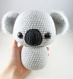 Join Holly Salzman of Storyland Amis and Furls Crochet for their July Ami CAL. This month we are making this adorable Koala Ami. Crochet Animal Patterns, Stuffed Animal Patterns, Crochet Patterns Amigurumi, Crochet Animals, Crochet Dolls, Crochet Doll Tutorial, Crochet Diy, Crochet Bear, Crochet Projects