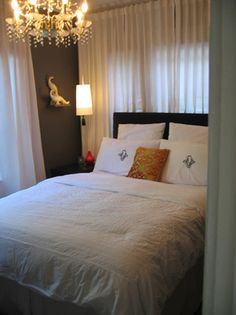 Grey walls, white curtains - hotel style in tiny bedroom Very Small Bedroom, Small Rooms, Bedroom Apartment, Bedroom Decor, Bedroom Ideas, Bedroom Storage, Bedroom Inspiration, Window Above Bed, Hotel Style Bedding