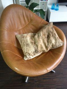 Sierkussen van Koeienhuid. Komt mooi tot zijn recht in de stoel Hidden van het…