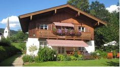 Appartement Kogard - Anna Wagain Appartement Kogard ? Anna is conveniently located 50 metres form the ski bus to reach the cable car Flying Mozart and the Grafenbergbahn, both within 500 metres. It provides free WiFi and a ski storage room with boot dryer.