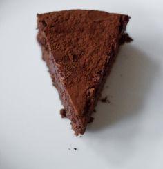 ein Stück frisch gebackener Schokoladenkuchen mit Maronen
