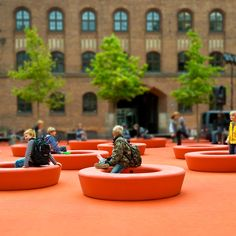 Loop can be used indoor + outdoor in various social and cultural contexts to take an informal rest or movement on, in and around. Ideal for 4-6 people.