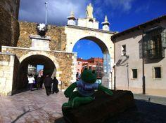 Ando en el Arco de la Cárcel de León.