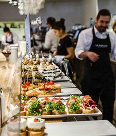 """Restaurante La Maruca en Madrid - Concepto """"el terraceo"""" frente al Mar Cantábrico Madrid Restaurants, Bar Interior Design, Bar Food, Catering Ideas, Koh Tao, Food Ideas, Spain, Popular, Places"""