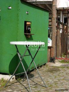 Grünes Kassenhäuschen mit Tresen an einem Beachclub am Hafen in Münster in Westfalen