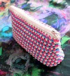 Tällä ohjeella neulot kauniin kolmevärisen pussukan. Mukana myös vaihekuvat ja vinkit neuleen aloittamiseen suoraan vetoketjusta. Crochet Chart, Knit Crochet, Pouch, Wallet, Fun Projects, Coin Purse, Purses, Knitting, Manualidades