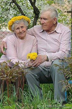 Come and sit with me awhile.Such a sweet photo. it will mean the world, and all that's in it to their children one day. Older Couples, Couples In Love, Young At Heart, Young Love, Vieux Couples, Grow Old With Me, Growing Old Together, Old Folks, Old Age