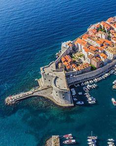Mit diesen Tipps lässt sich Dubrovnik auch in der Hauptsaison erleben Eine Bar in den Felsen, das Atelier einer berühmten Künstlerin, ein Club in der Festung: In der kroatischen Hafenstadt kann man selbst in den trubeligen Sommermonaten noch geheime Plätze finden