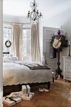 Den gråvita färgskalan går ända in i sovrummet. Säng från Grange, överkast från Provence. Cremefärg...
