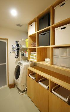 PHOTO – SHIBA-BOX – - 名古屋市の住宅設計事務所 フィールド平野一級建築士事務所 Laundry In Bathroom, Washroom, Bathroom Storage, Muji Home, Japanese Bathroom, Tiny Closet, Diy Interior, Closet Storage, Residential Architecture