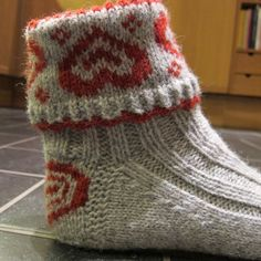 Ravelry: ValentineSox / Valentinragger pattern by Wenche Roald Knitting Stitches, Knitting Socks, Knitting Patterns Free, Hand Knitting, Crochet Socks, Knit Or Crochet, Knitted Hats, How To Purl Knit, Knitting Accessories
