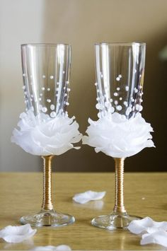 What a great idea for the wine glasses at a wedding or shower, white petals forming a rose. These would even make beautiful wedding favors. Wedding Wine Glasses, Diy Wine Glasses, Decorated Wine Glasses, Champagne Glasses, Diy Wedding Champagne Flutes, Beaded Flowers, Diy Flowers, Flowers Wine, Button Flowers