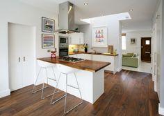 interni in bianco, infissi bianchi, parquet e top cucina in legno, arredo colorato, contribuiscono a creare un ambiente luminoso e vivace