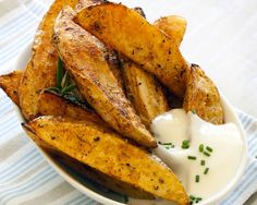 Spicy Potato Wedges I love roasted potatoes. They're so versatile. You can use up fresh herbs on them or throw in the dried stuff. What's your favorite way to make roasted potatoes? This recipe makes my life so Oven Baked Steak, Crispy Oven Fries, Fries In The Oven, Greek Roasted Potatoes, Roasted Potato Recipes, Baked Potato, Mexican Potatoes, Sweet Potato, Healthy Finger Foods