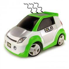 Le panneau solaire du véhicule convertit les rayons du soleil en energie pour déplacer la voiture et recharger la télécommande !