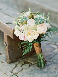 Buquê rústico e delicado! Decoração romântica e despojada em casamento real | Revista Casare