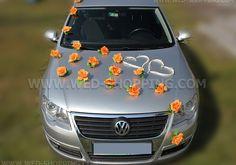Autoschmuck Orange Rosen und weißen Herzen vor Hochzeitsauto