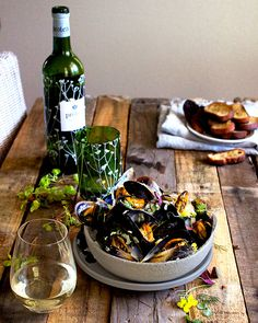 Moules mariniere – aka mussels in white wine – with a cheeky spring twist in the form of gorgeous citrus-sour sorrel, dill and wild rocket flowers. Sorrel Recipe, Green Lentil Salad, Sorrel Soup, Scallop Ceviche, Mussels White Wine, Butternut Soup, Shellfish Recipes, South African Recipes, Health