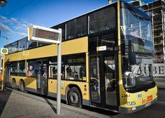 Bus 100 Berlijn - Iedereen die naar Berlijn komt, raad ik altijd een ritje met bus 100 en Bus 200 aan. Bus 100 rijdt van Alexanderplatz naar Zoölogische Garten en komt onderweg langs de meeste bekende bezienswaardigheden van Berlijn. Leuk feitje: dit was de eerste busverbinding die het voormalige West-Berlijn met het voormalige Oost-Berlijn verbond. Omdat de lijn onderdeel is van het reguliere openbaar vervoer kun je met een enkeltje of dagkaart de bus in: Stukken goedkoper dan een…