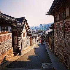 Still inhabited traditional hanoks in Bukchon #bukchon #bukchonhanokvillage #hanok #village #seoul #southkorea #korea #asiatravel #nomsandramblestravels #nomsandrambles #instapassport #instatravel #travelphotography #instadaily #igdaily #instagood