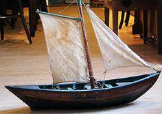 Modell eine Milchewer, Gesellen Stück eines Bootsbauer von 1888. Ewer waren weit verbreitete Vrachtboote für Melker und Greunhöker aus Georgswerder, die ihre Ware über die Kanäle und Elbarme nach Hamburg brachten.