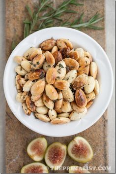 Rosemary Fried Almonds: Salty, smoky almonds with a fragrant yet subtle rosemary flavour. Crunchy and savory, these nuts make a great appetizer or snack, and are an awesome sidekick to any cocktail or glass of wine. Great Appetizers, Appetizer Recipes, Party Appetizers, Paleo Recipes, Real Food Recipes, Christmas Friends, Tapas, Healthy Snacks, Healthy Eating