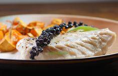 Dans un plat à four, découper de la patate douce en cubes, saler poivrer, ajouter du thym et du romarin, un filet d'huile d'olive et laisser confire 45 mn à four 170°. Ajouter dans le plat un filet de cabillaud ou de saumon, placer dessus une grappe de poivre frais, huile d'olive à nouveau, et enfourner 15 mn de plus. Avant de déguster émietter la grappe sur le plat. Sublime, Le poivre est très parfumé et moins fort que le poivre en grains. Ajouter, Four, Cubes, Risotto, Ethnic Recipes, Red Kuri Squash, Sweet Potato, Pepper, Olive Oil
