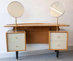 1950's G Plan E Gomme Dressing Table // Ca c'est de la coiffeuse. J'aime les miroirs ronds de chaque côté!