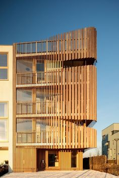 architecture GG-loop clads maritime-inspired apartments in waves of wooden slats Make Sure You Get T Wooden Facade, Wooden Buildings, Wooden Slats, Architecture Office, Residential Architecture, Architecture Design, Apartment Complexes, Zaha Hadid Architects, Facade Design
