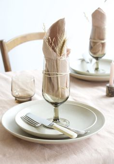 The linen napkins combine beautifully with the dried grassen. Simply fastened with a little string to the vintage glass. Eco Wedding Inspiration, Safari Wedding, Barn Parties, Diy Crafts For Adults, Restaurant Concept, Table Set Up, Deco Table, Dinner Table, Wedding Table